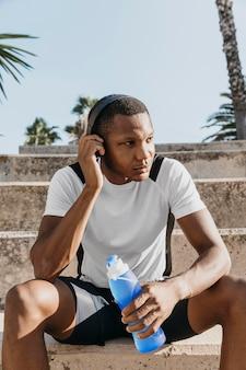 Coup moyen homme portant des écouteurs