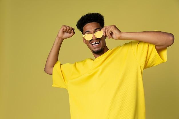 Coup moyen homme portant des lunettes de soleil