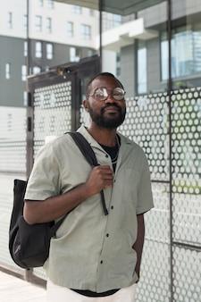 Coup moyen homme portant des lunettes