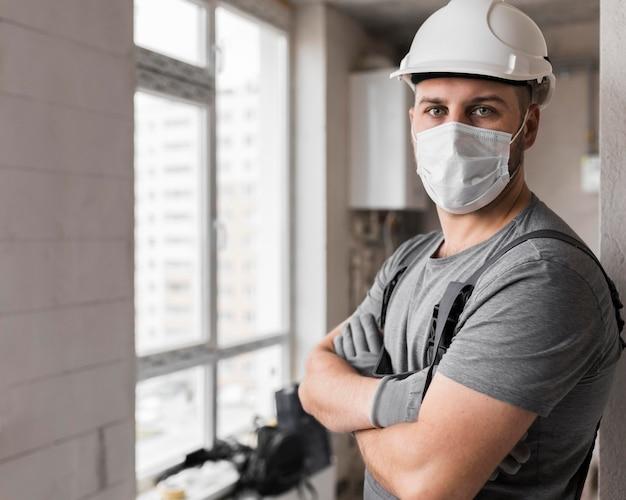 Coup moyen homme portant un masque et un casque