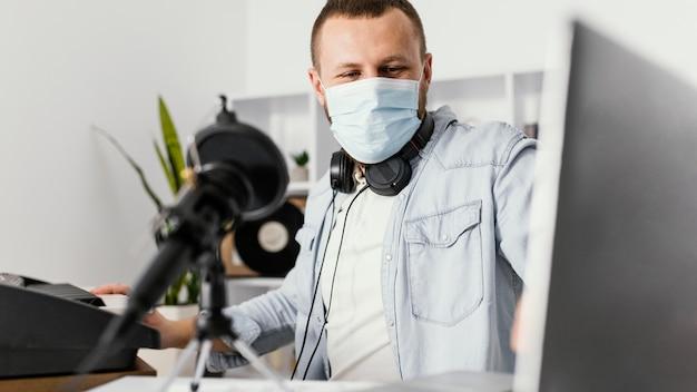 Coup moyen homme portant un masque médical