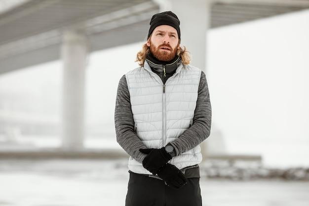 Coup moyen homme portant des vêtements chauds