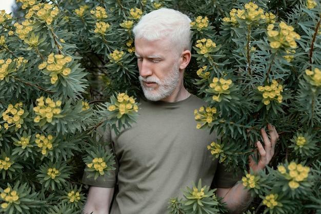 Coup moyen homme posant avec des fleurs