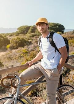 Coup moyen homme posant sur vélo