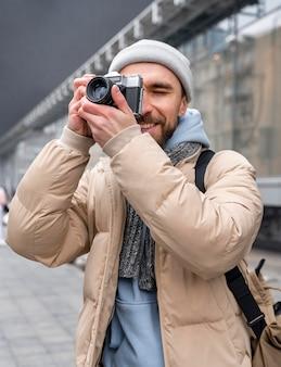 Coup moyen homme prenant des photos