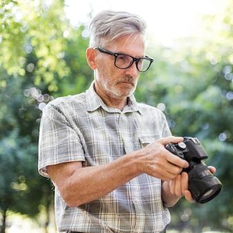 Coup moyen homme regardant la caméra