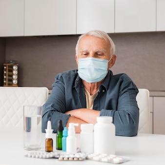 Coup moyen homme regardant des médicaments