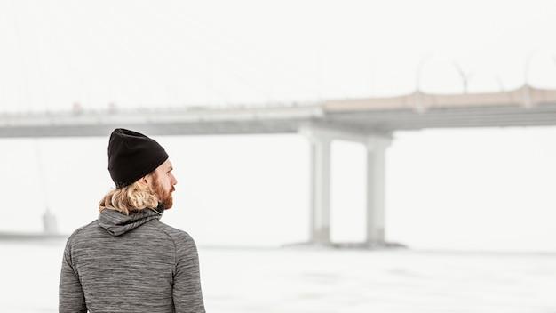 Coup moyen homme regardant le pont