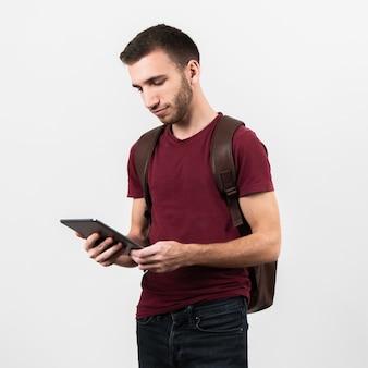 Coup moyen d'homme regardant une tablette