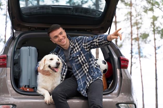 Coup moyen homme tenant un chien