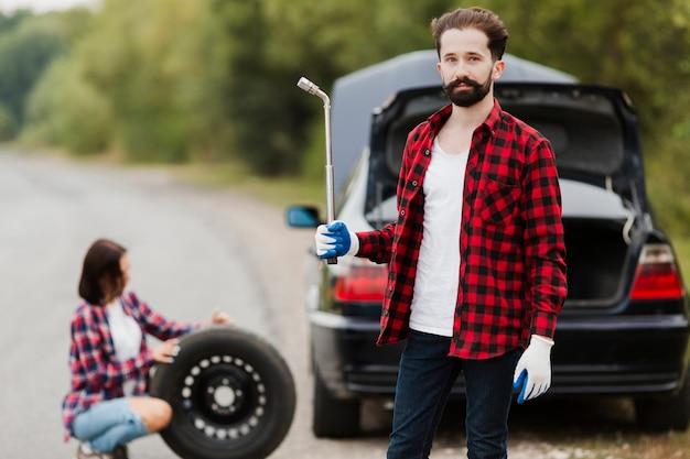 Coup moyen d'homme tenant une clé à pneu