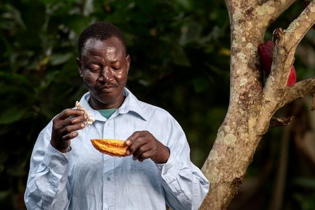 Coup moyen homme tenant des fruits