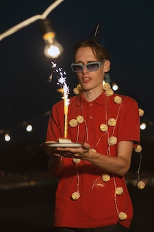 Coup moyen homme tenant un gâteau