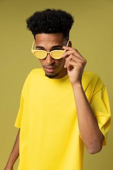 Coup moyen homme tenant des lunettes