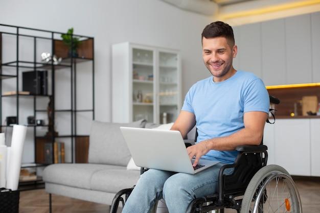 Coup moyen homme tenant un ordinateur portable