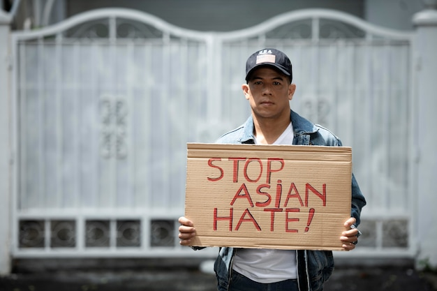Coup moyen homme tenant une pancarte