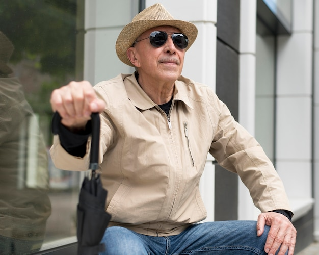 Coup moyen homme tenant un parapluie