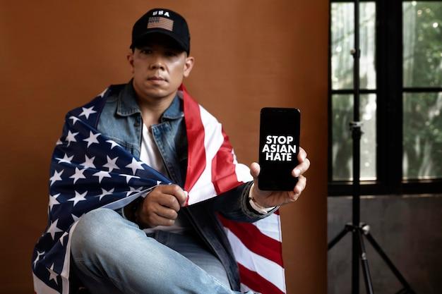 Coup moyen homme tenant un smartphone