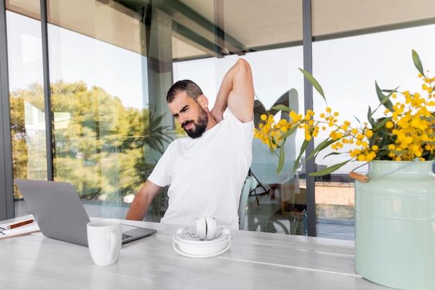 Coup moyen homme travaillant à la maison