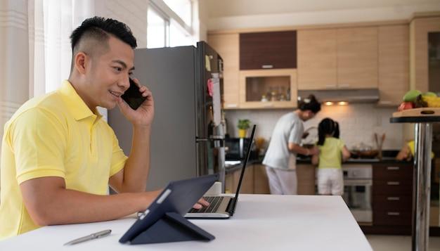 Coup moyen homme travaillant avec ordinateur portable