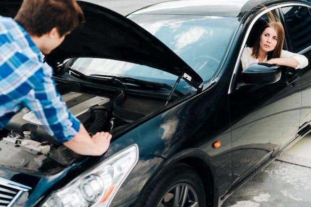 Coup moyen d'homme vérifiant le moteur