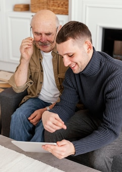 Coup moyen hommes regardant la tablette