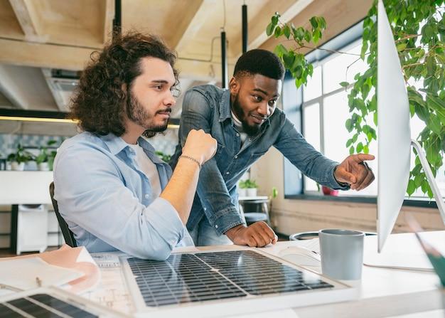 Coup moyen hommes travaillant avec ordinateur
