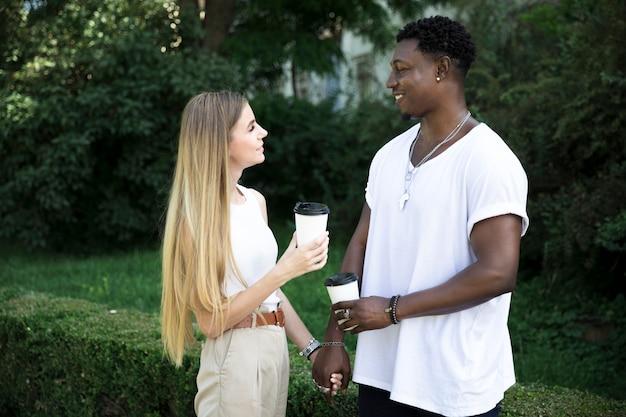 Coup moyen jeune couple se regardant