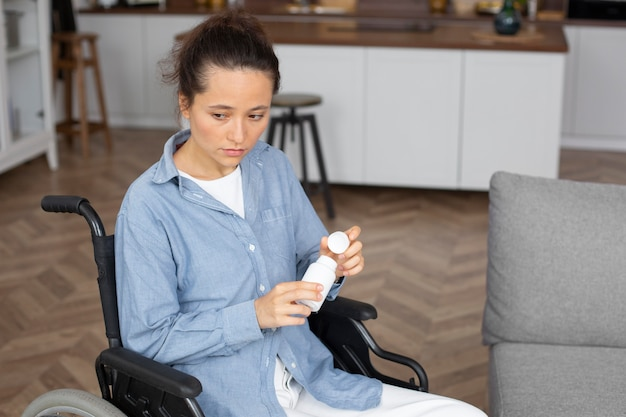 Coup moyen jeune femme en fauteuil roulant