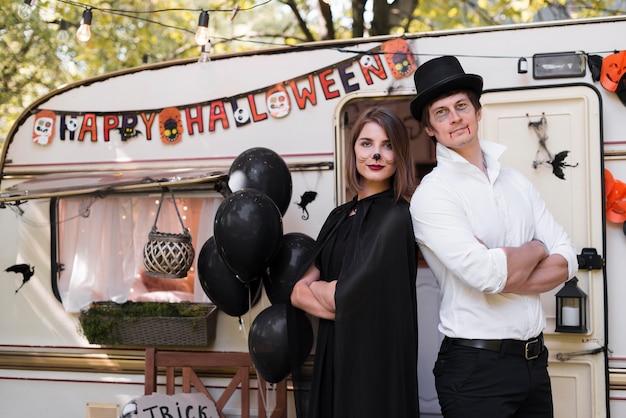 Coup moyen joli couple portant des costumes