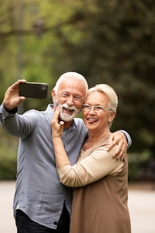 Coup moyen joli couple prenant selfie