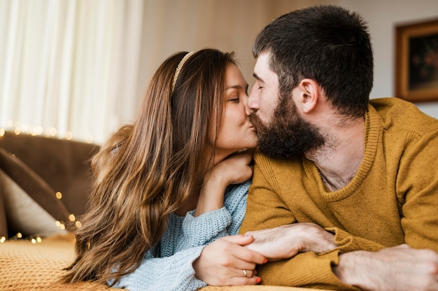 Coup moyen joli couple s'embrassant