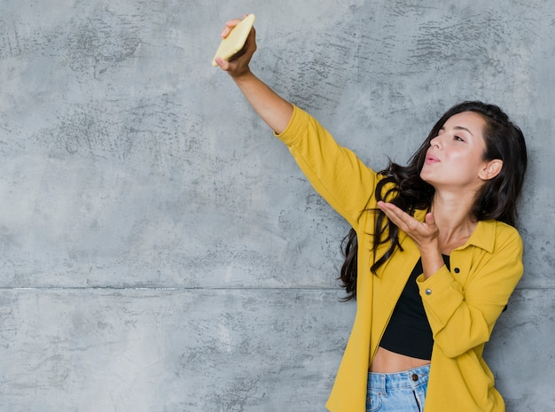 Coup moyen jolie fille prenant un selfie