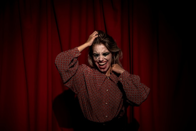 Coup moyen de maquillage femme clown regardant vers le bas