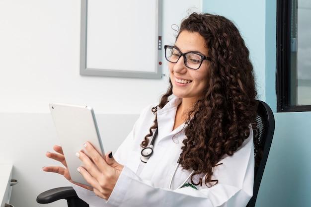 Coup moyen médecin vérifiant sa tablette