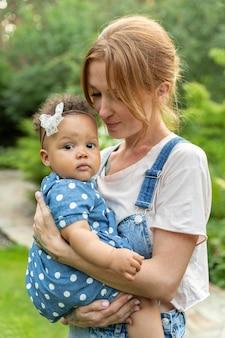 Coup moyen mère tenant bébé