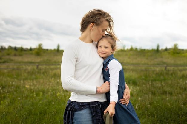 Coup moyen mère tenant un enfant