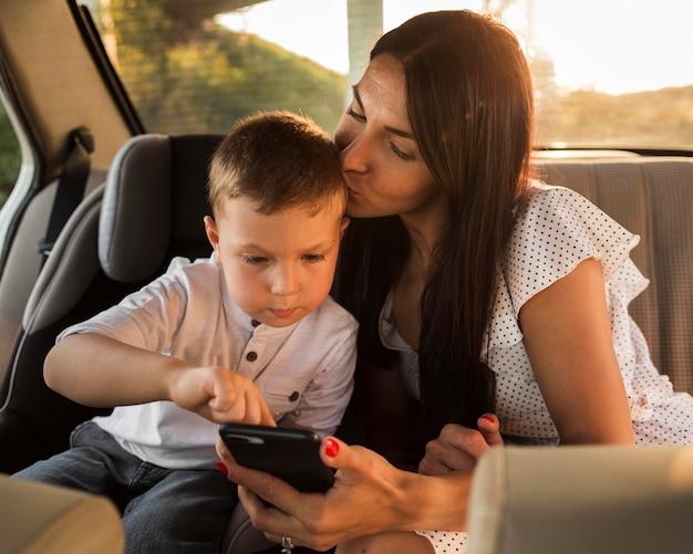 Coup moyen mère tenant le téléphone