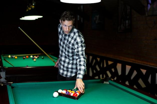 Coup moyen organisant des balles de piscine avec triangle