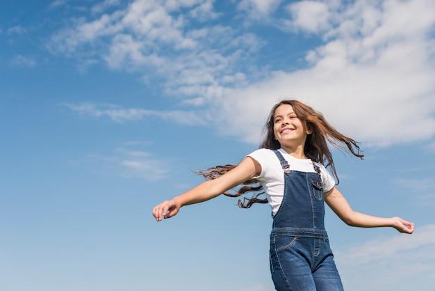 Coup moyen petite fille aux cheveux longs souriant