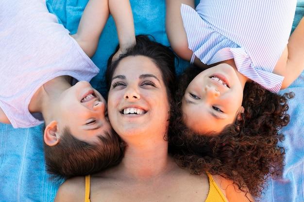 Coup moyen pour enfants et femme sur une serviette