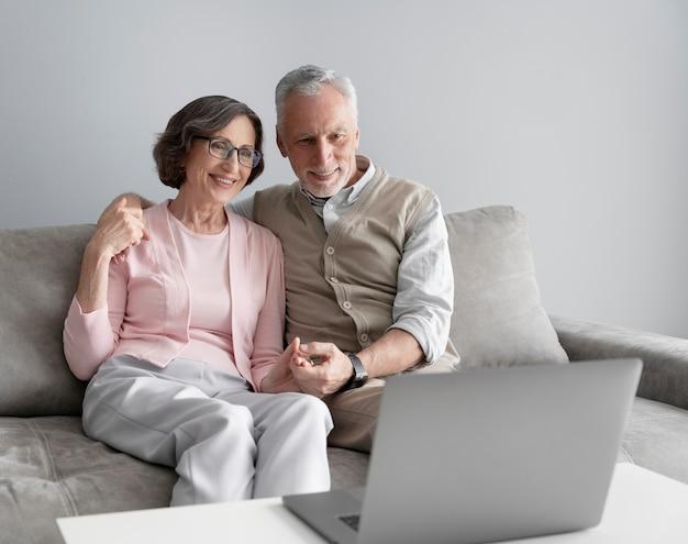 Coup moyen senior couple assis ensemble
