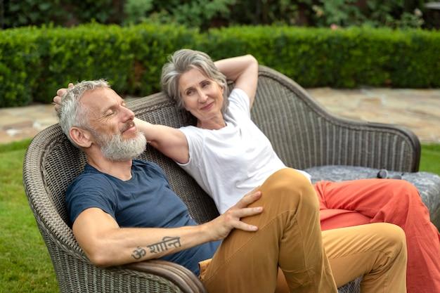 Coup moyen senior couple assis