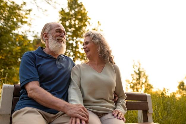 Coup moyen senior couple sur banc