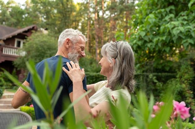 Coup moyen senior couple dancing