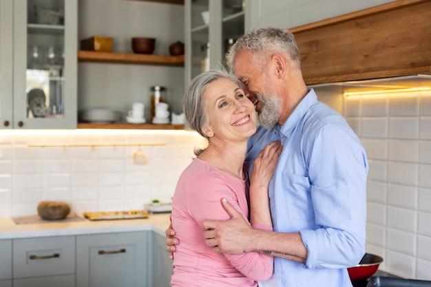 Coup moyen senior couple heureux