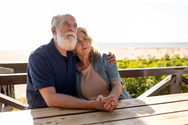 Coup moyen senior couple main dans la main