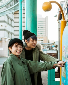Coup moyen smiley couple pointant sur dessin