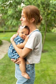 Coup moyen smiley mère tenant bébé