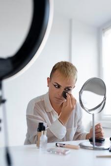 Coup moyen transgenre et maquillage